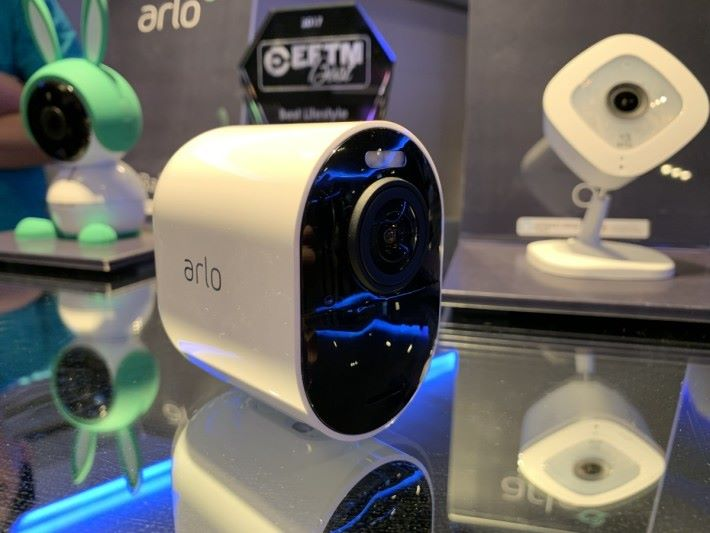 Arlo Ultra 支援 4K 解像度,完全無線,經 Wi-Fi 連接 SmartHub 基座及採用充電池。