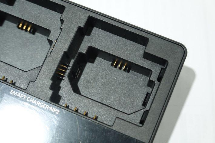 兼容 Sony 三大主要的相機電池 NP-FZ100、NP-FW50 及 NP-BX1。