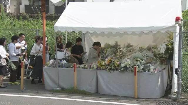 事件經過一星期,仍然有不少人到現場的獻花台獻花悼念死者。