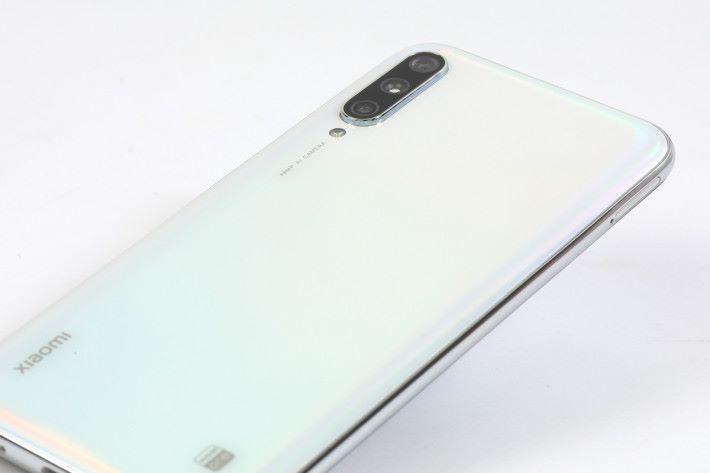 手上的「More than white」版本,也就是國內版小米 CC9e 的「白色戀人」版,看起來似純白,但從不同角度觀看時,其實會散發出些許幻彩的光芒。