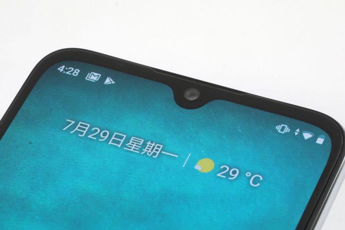 水滴屏幕內藏 32MP 前置鏡頭。