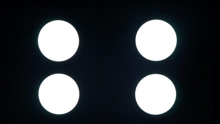 .OLED 電視的黑色表現可達至純黑,不受白色光環影響。而 LCD 電視藉著高階LED背光技術,也可以達到接近純黑。此圖是 75X9500G 的背光測試。