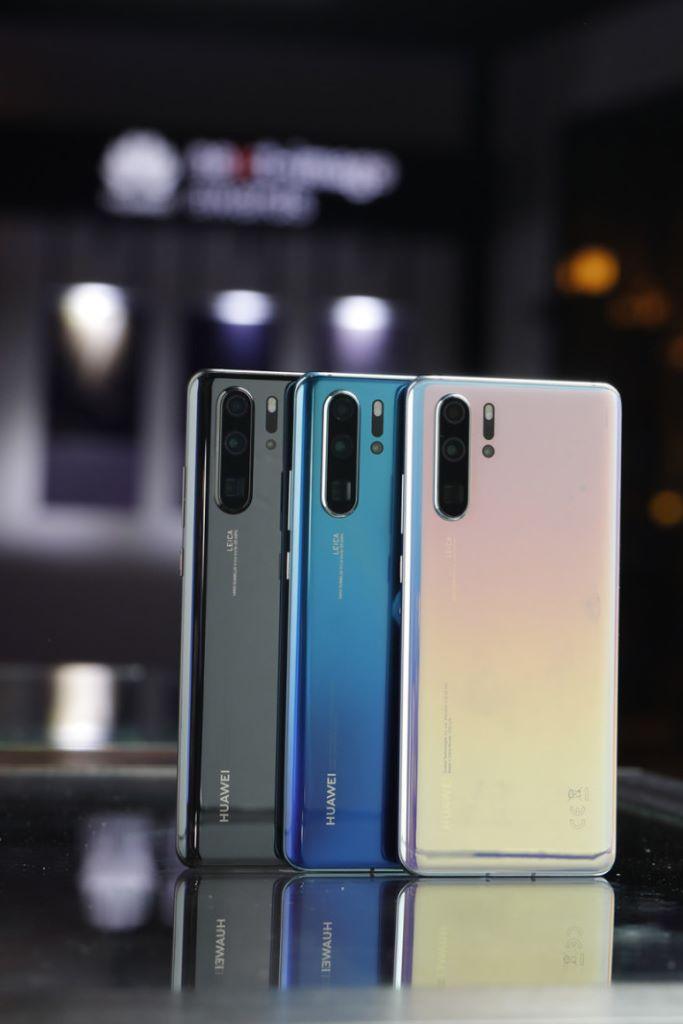 P30 系列配備雙曲面屏幕及極佳握感,而且新增與眾不同的 Breathing Crystal「天空之鏡」顏色,設計精緻程度可謂更迎一層樓。
