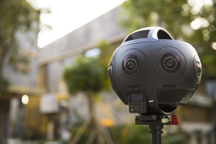 Titan 用上 8 個 M4/3 感光元件及鏡頭,每個鏡頭皆為 f/3.2 的魚眼鏡,視角達 200 度之多。