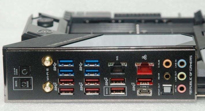 背板直接提供 12 組 USB 3.2 埠