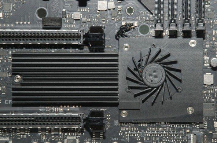以風扇+散熱片為 X570 晶片組散熱。