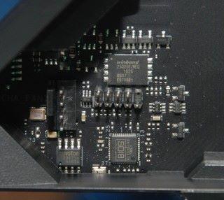 板上的 BIOS 晶片。鄰近是 Winbond W25Q256JW 1.8V 256M-Bit Flash,供特色功能使用。