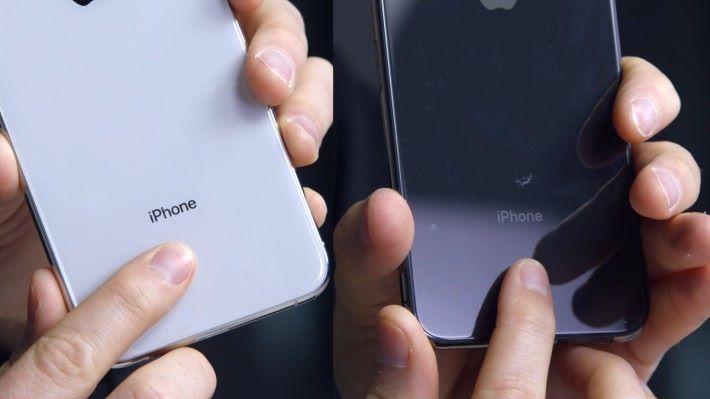 山寨 iPhone 11 (右)背後的 iPhone 字樣比正版模糊