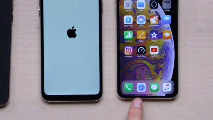 山寨 iPhone 11 (左)的下巴顯然比正版 iPhone Xs 厚