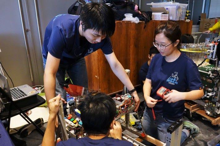 黃雅蕾(右)參加Robocon 後,確認了對機械的興趣,期望未來能從事醫療機械的綜合工作。