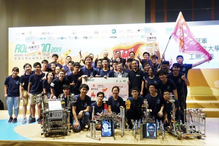 署理創新及科技局局長鍾偉强博士,JP,祝賀來自香港中文大學的「工無不克」隊,勇奪「香港大專生機械人大賽2019」冠軍寶座。
