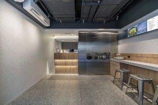 燧記廚房是本港首間以全自動化機械人取代廚師工作的餐廳,因節省人手成本,營運短短三個月已達收支平衡。