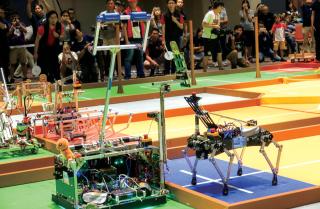 手動機械人要準確地將令牌交到自動機械人,看似容易,但放在機械人身上就甚有難度。