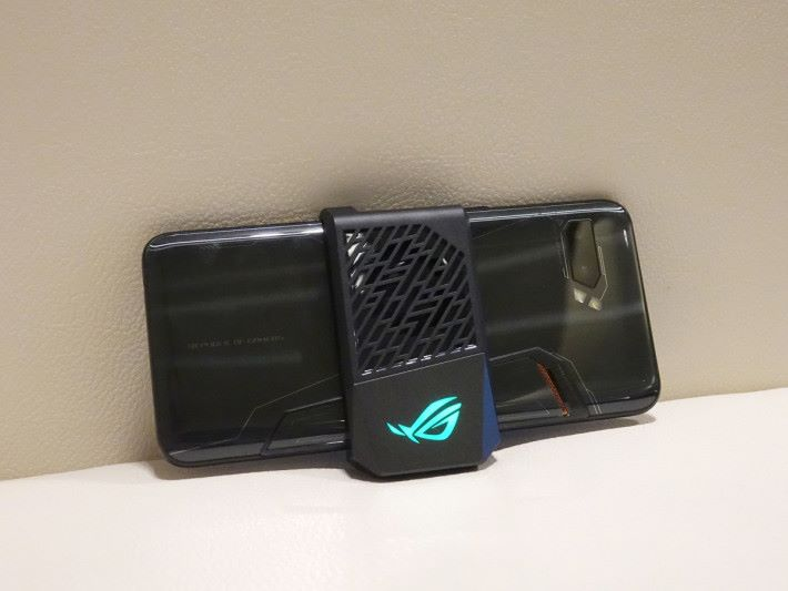 AeroActive Cooler II 有效散熱之餘又更寧靜,亦有 ROG 發光 logo。