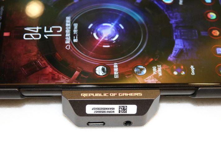 底部有 USB-C 及 3.5mm 耳筒插,可方便充電或連接其他配件,及使用耳筒打機。