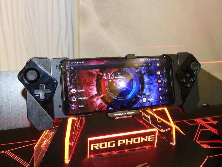 裝上 ROG Kunai Gamepad 的 ROG Phone II,絕對是部手提遊戲機來。