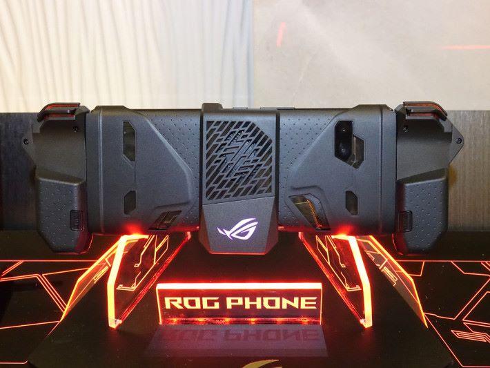 就算裝了 ROG Kunai Gamepad,亦可加裝 AeroActive Cooler II 散熱或作擴充。