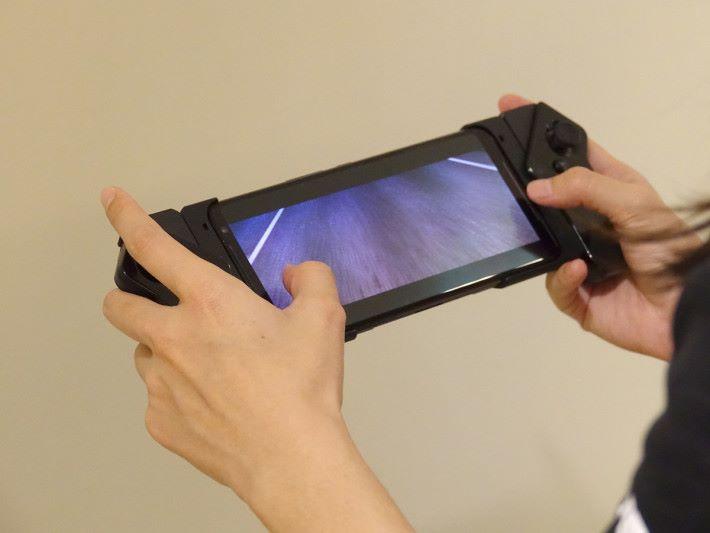 裝好 ROG Kunai Gamepad後打機就更得心應手。
