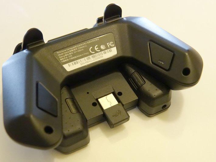 底部更有個 USB 接收器,可接駁電腦使用。