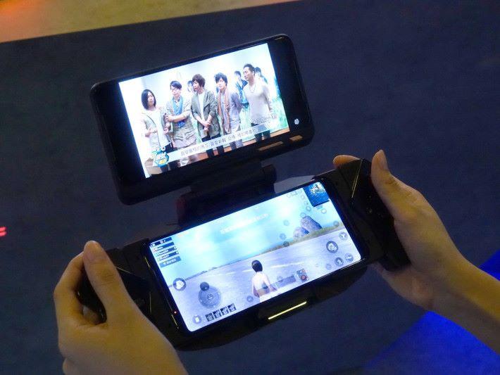 雙芒亦有其他用途,例如可邊打機邊睇片。