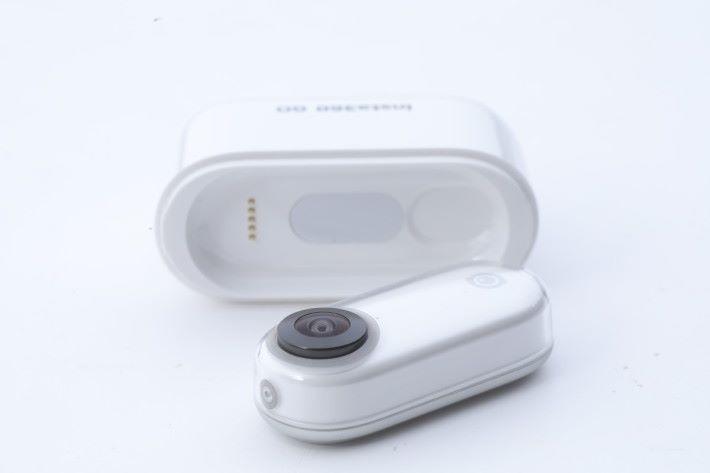 長條形機身的 Insta360 GO,大小就如一隻姆指,重量更只有 18.3g。