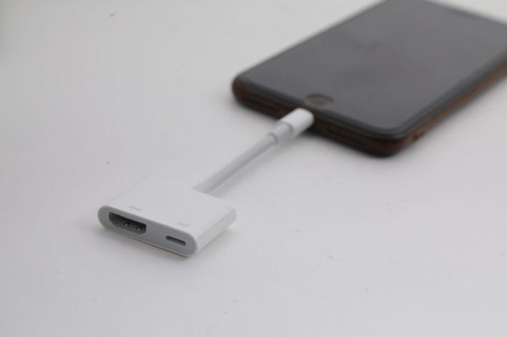 這是 iPhone 的 Lightning Digital AV 轉換器,可以輸出 1080p 畫面,同時以 lightning 線進行充電。