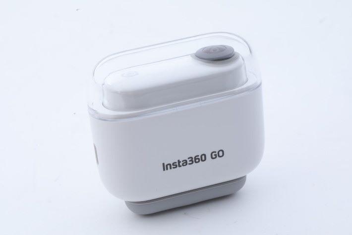 將 Insta360 GO 放進充電盒便可充電。