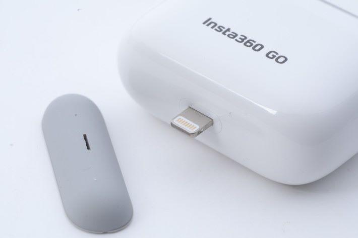 拆出充電盒底部的膠蓋便會見到 Lightning 插頭,供接駁 iPhone用。