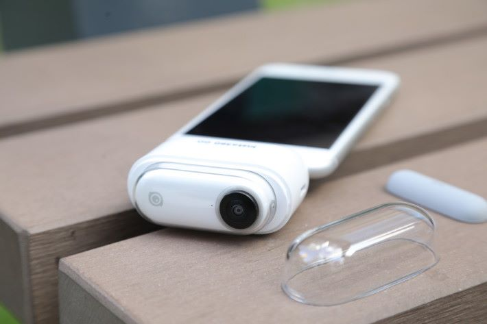 將 Insta360 GO 放進充電盒再接駁 iPhone,便可透過《Insta360 Go》app 過相。