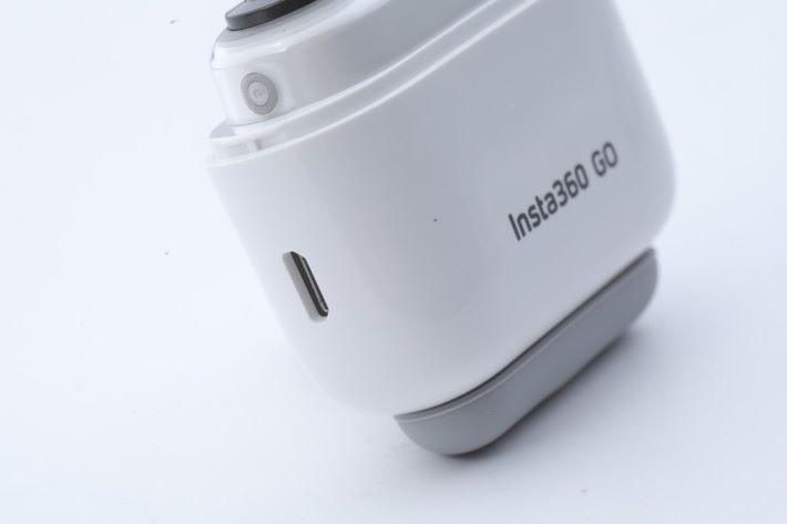充電盒旁亦有 micro USB,除可為充電盒本身充電外,亦可透過 OTG 線接駁 Android 手機或電腦。
