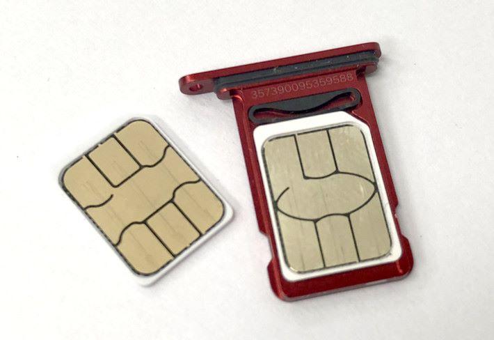 iPhone XR 會採用上下兩張卡,背對背排列的方式,會有一個小彈簧去固定 SIM 2
