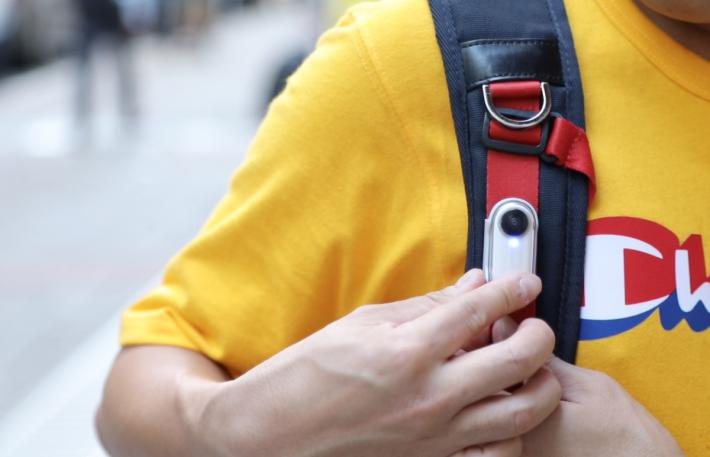 其實只要將機夾夾在背囊的肩帶上,就可輕鬆帶著隨街拍。