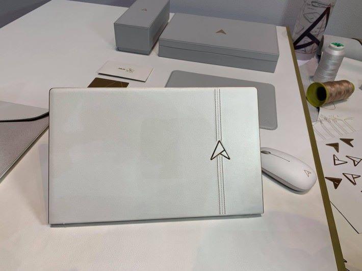 30 周年版本 ZenBook 因為是手工縫製的關係,所以全球只限售一萬台,非常矜貴。