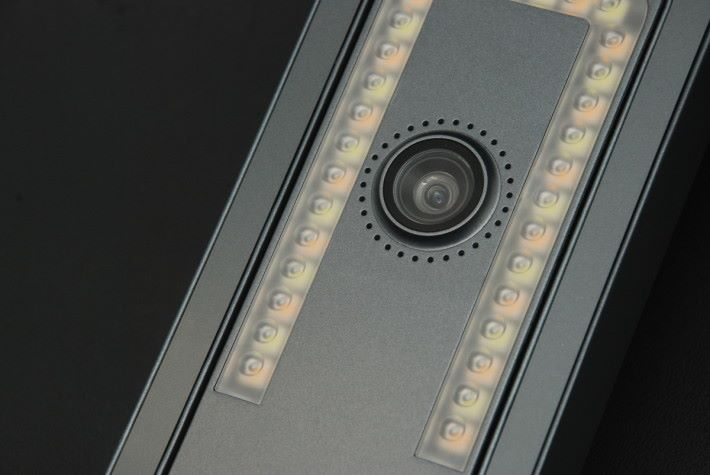 改用 Panasonic CMOS 1400 萬像素,旁為頂部 LED 補光燈。