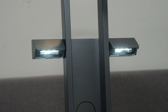 側 LED 補光燈為 Philips 出品,可兼作檯燈功能供閱讀時用。