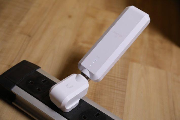 插在桌上的拖板就頗為佔位,若把天線垂直以 L 形連接,就會很易從磁石球分離,所以最盡也是圖中的角度。