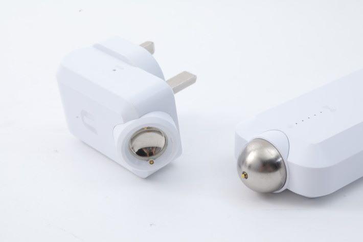 中間以磁力球連接。若把天線拔離插座,MeshPoint 就會顯示為離線,接合後等 2 - 3 分鐘會自動連線。