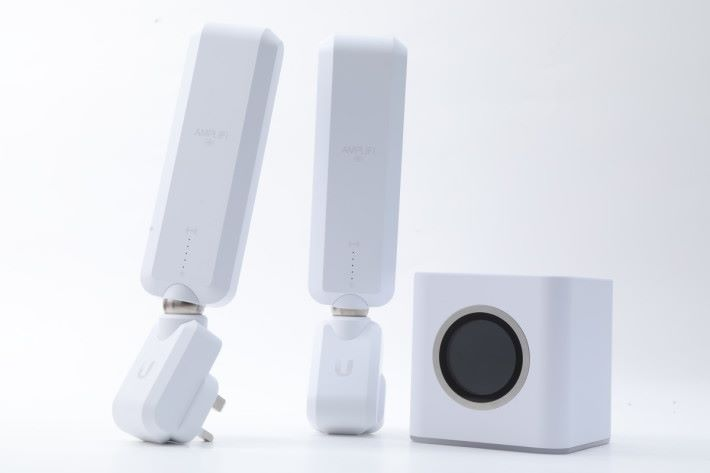 Amplifi HD 套裝包括 1 件 Mesh Router 主機和 2 件 MeshPoint 分機。