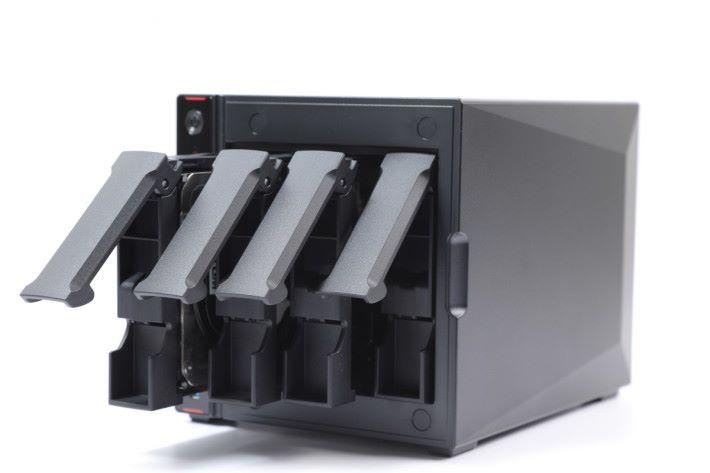 揭開防塵面蓋,就會見到 4 個 HDD 槽。