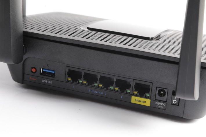 具備 1 WAN + 4 LAN,該 USB 3.0 埠尚未可使用,需待之後的韌體更新。