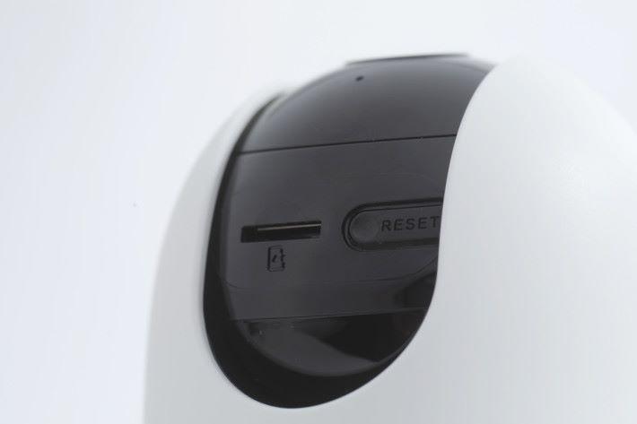 現在鏡頭朝天,microSD 卡槽置於這個位置真的意想不到。