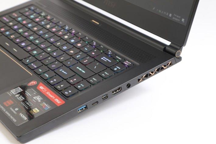 機右另是有一個 USB 3.2 Gen2 、USB Type C Gen2 、Display Port 與 HDMI 介面,用於輸出用途。