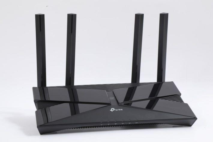 TP-Link Archer AX50 算是體積較小的 AX Router,長度跟 AC 制式的 TP-Link 差不多,但就窄身一點。