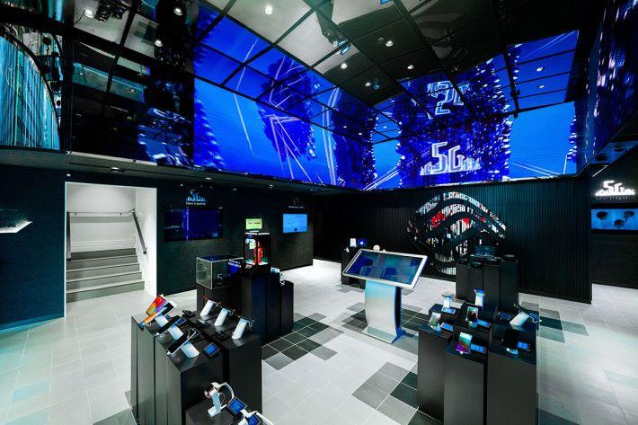 地下大廳 270 度「超級大屏」展示未來數碼生活願景。