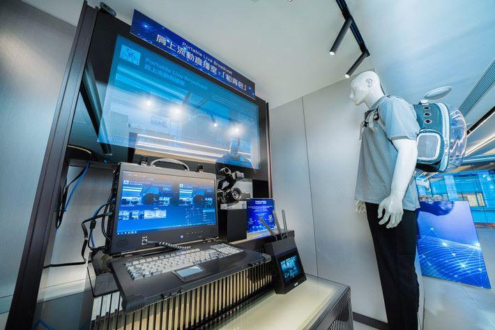 1 樓特設的 5G 體驗區,透過不同示範如實時直播設備背包,全面呈現5G技術低時延、高傳輸及多連接的特性。