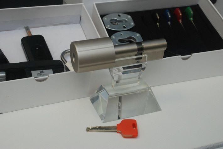 產品的最大特色是保留傳統的門匙功能,但加入特製的晶片。