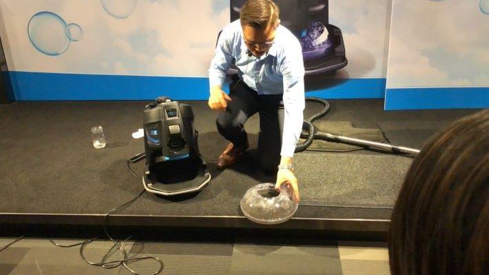 現場示範水過濾塵埃的清潔效果