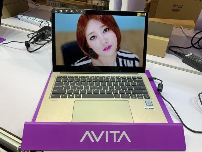 AVITA 筆電的特色是提供很多種顏色,此為 Liber。