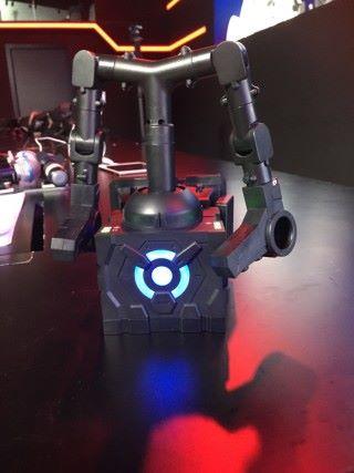 帶在腰上的控制器,說實話很有《鐵人 28 》的既視感。