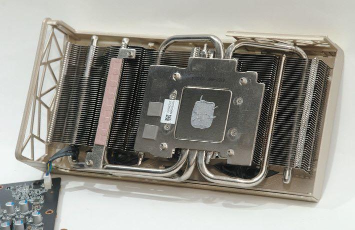 散熱器包含四條 Heatpipes,與 GPU 的接觸面則以鍍鎳防止氧化。